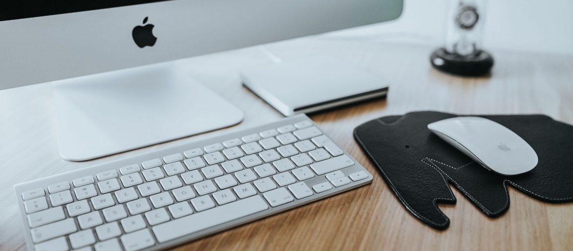 kaboompics_White-Apple-iMac-computer-with-elephant-mousepad